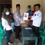 BERKAS : Tampak Bambang Sugiarto SE didampingi sang Istri saat menyerahkan berkas pendaftaran sebagai bakal Calon Kepala Desa Sugih Waras, BK 13, Kecamatan Belitang Mulya, Kamis (21/1/2021).