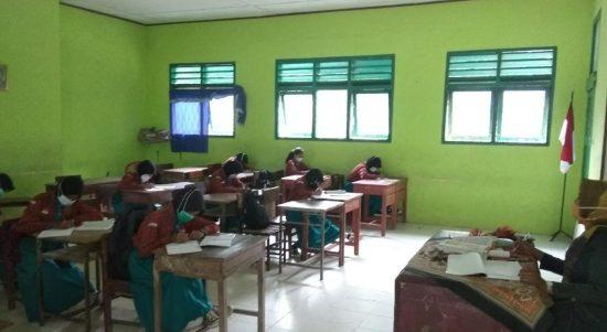 BELAJAR : Tampak siswa di SMPN 1 BMR sedang belajar di ruang kelas, Rabu (24/2/2020)