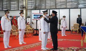 LANTIK : Gubernur Sumsel H Herman Deru SH MM sedang melantik Bupati dan Wakil Bupati OKU TImur H Lanosin ST dan HM Adi Purna Yudha SH, di Istana Gubernur Griya Agung, Jumat (26/2/2021)