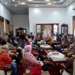 PIMPIN : Tampak Bupati OKU Timur HM Kholid MD saat memimpin rapat di Rumah Dinas Bupati, Martapura. (Foto Dokumen/Apen)
