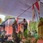 Gubernur Sumatera Selatan Herman Deru saat meberikan hadiah kepada salah satu anggota Muslimat NU PAC Buay Pemuka Peliung, di Desa Bantan Pelita, Kecamatan Buay Pemuka Peliung.
