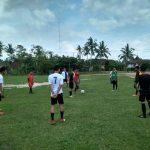 LATIH : Tampak para anak didik SSB Giri Football Academy, sedang latihan di Lapangan Kecamatan Semendawai Suku III.