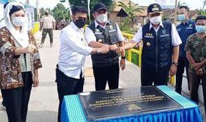 Menteri Pertanian Syahrul Yasin Limpo, bersama Gubernur Sumsel H Herman Deru dan Bupati OKU Timur H Lanosin, saat meresmikan penggunaan Jembatan Cungking Desa Ketapang, Kecamatan Belitang, OKU Timur..