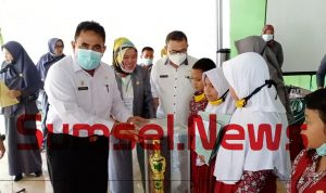 menyerahkan hadiah kepada para juara Lomba Cepat Tepat Mipa Mania Kabupaten OKU Timur, Dilaksanakan Di Pendopo SDN 20 Martapura. Rabu (31/3/2021).