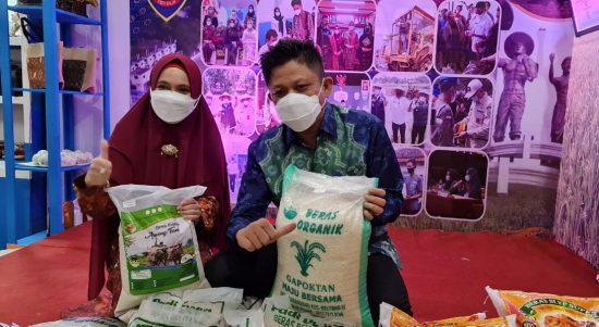Bupati OKU Timur H. Lanosin S.T. didampingi Ketua TP PKK OKU Timur dr Sheila Noberta S.pA M.Kes saat memamerkan produk beras organik produksi petani OKU Timur, di Stan Dinas Perdagangan dan Perindustrian OKU Timur, pada Sriwijaya Expo.