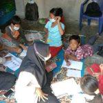 Tampak Mahasiswa STKIP Nurul Huda yang sedang melakukan pendampingan pembelajaran dalam kegiatan Kuliah Kerja Nyata di Desa Tugu Harum, Buay Madang.